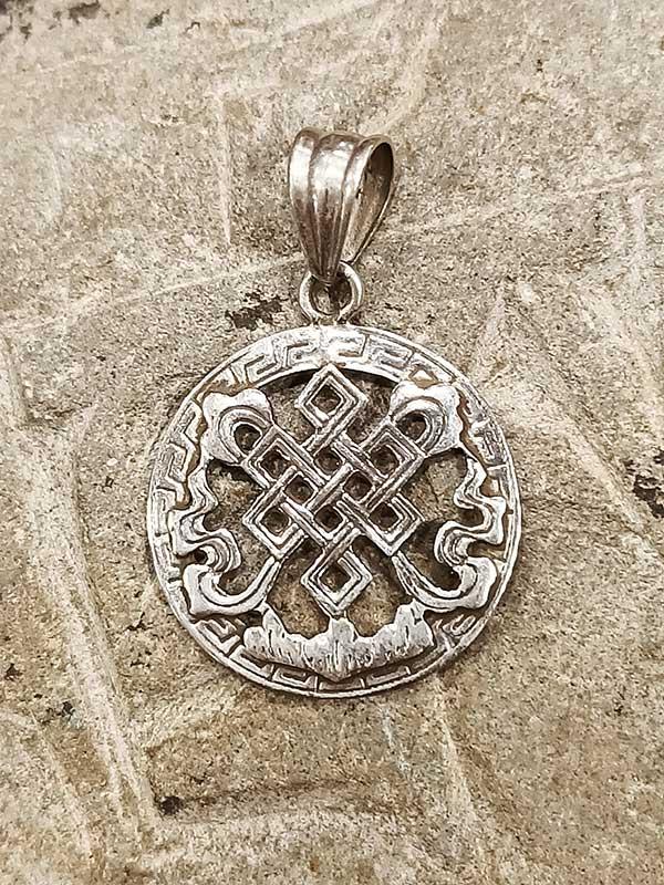 pendente tibetano argento rappresentante il Nodo infinito