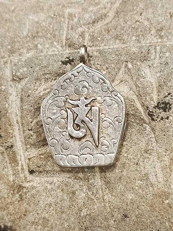 pendente tibetano con inciso OM