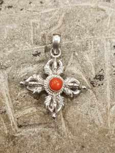 pendente tibetano argento e corallo con doppio Dorje