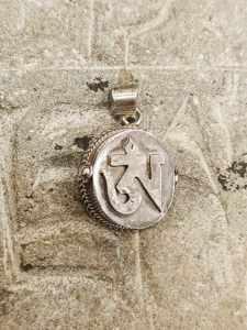 pendente tibetano argento con inciso OM