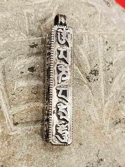 pendente tibetano con mantra OM Mani Padme Hum