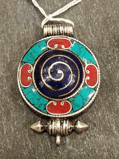 pendente tibetano in lega e pietre dure con una spirale