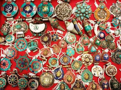 Pendenti tibetani con simboli buddisti in lega e pietre dure