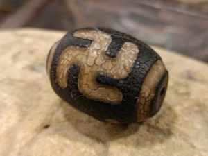 dzi tibetano con svastica