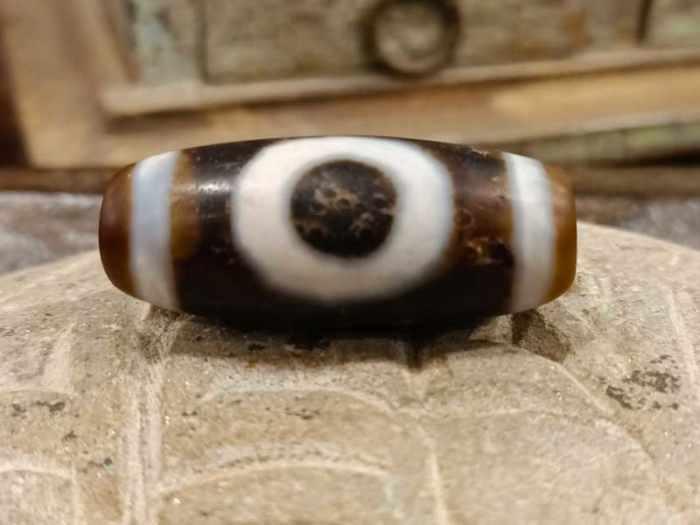 dzi tibetano con 1 occhio e svastica