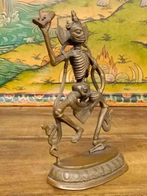 statua di scheletro danzante