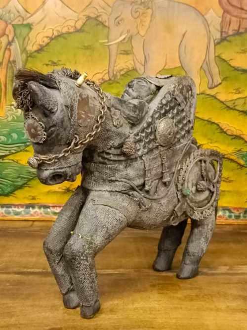 Statua di cavallo con cavaliere