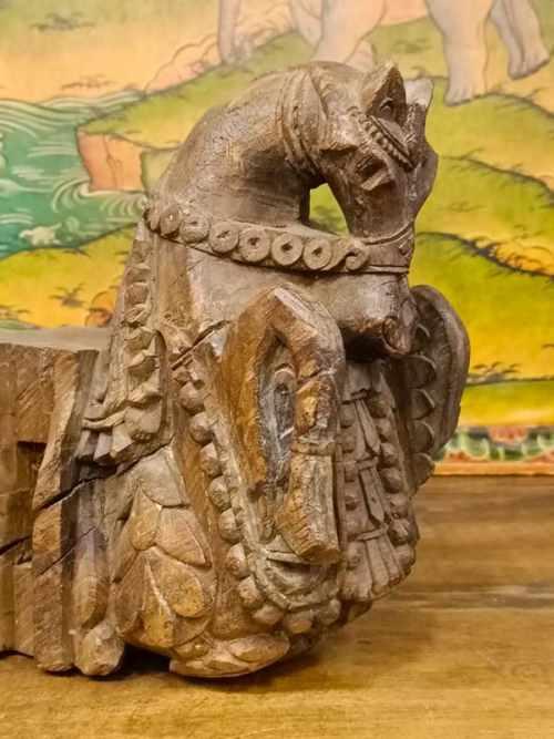 elemento architettonico con cavallo